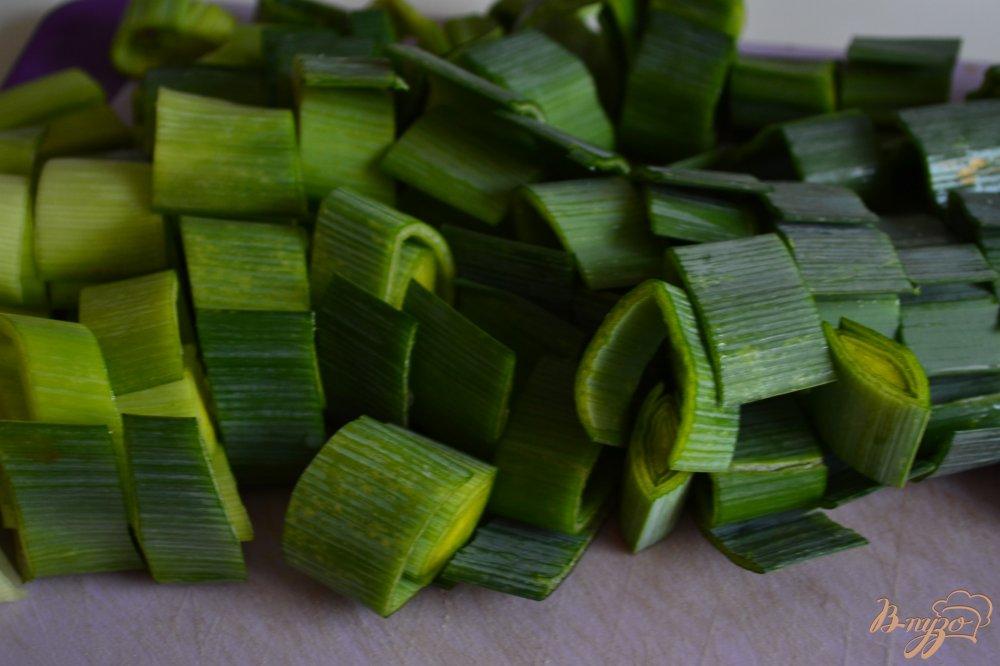 Фото приготовление рецепта: Крем-суп из лука порея с зеленым горошком шаг №1