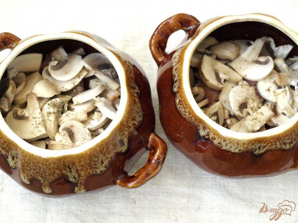 Фото приготовление рецепта: Свинина запечённая в горшочках с грибами и картофелем шаг №2
