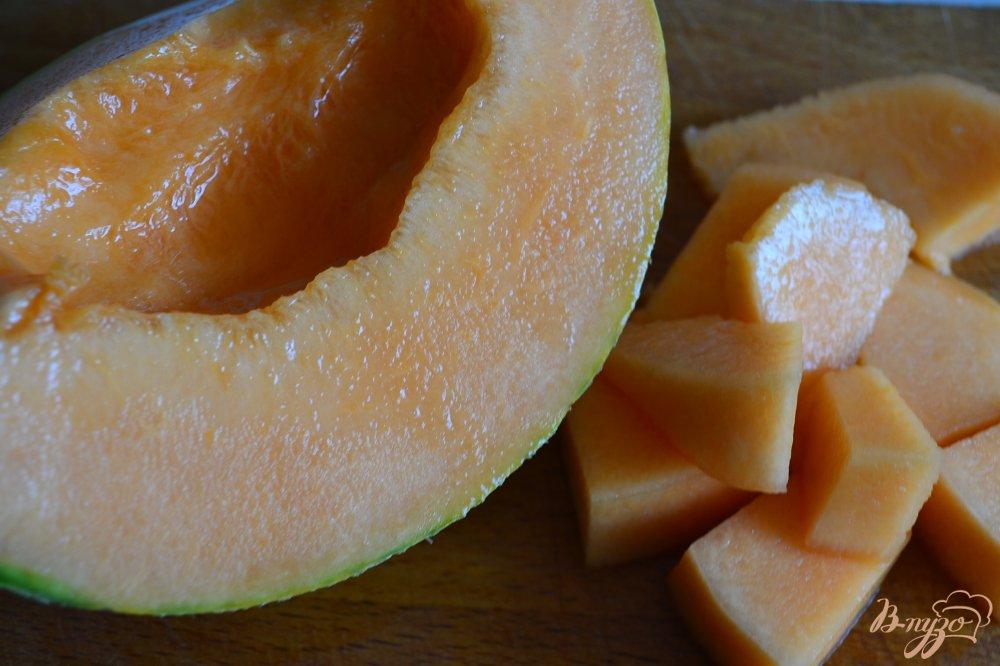 Фото приготовление рецепта: Апельсиново-дынный коктейль с водкой шаг №1