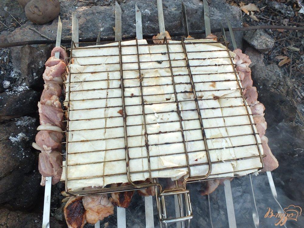 Фото приготовление рецепта: Сулугуни с яйцом на костре шаг №7