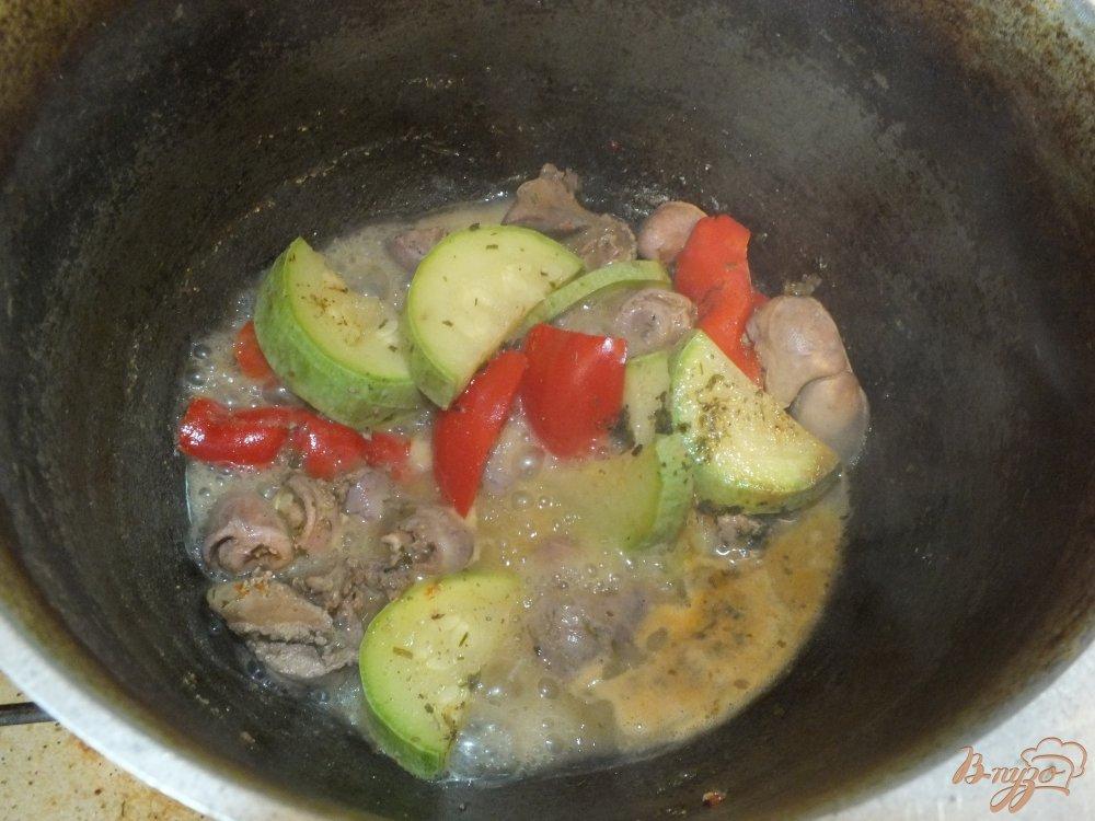 Фото приготовление рецепта: Салат из куриных сердец и желудков с перцем шаг №6