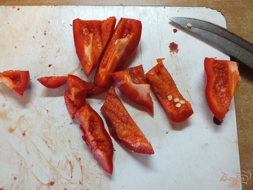 Фото приготовление рецепта: Салат из куриных сердец и желудков с перцем шаг №4