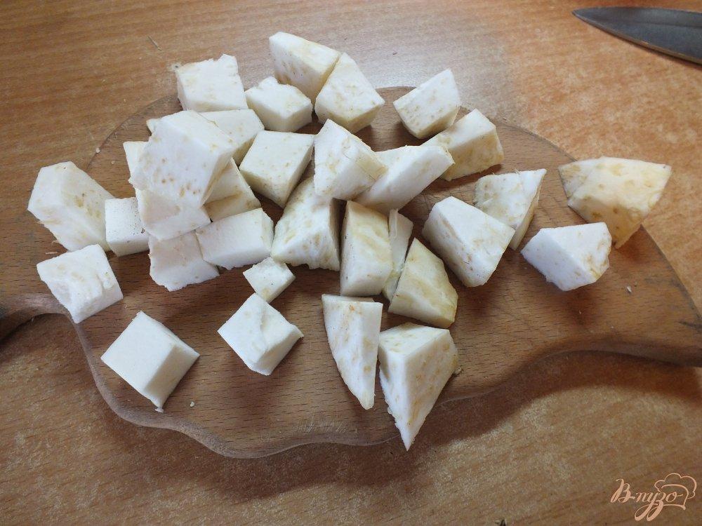 Фото приготовление рецепта: Теплый салат с корнем сельдерея шаг №4