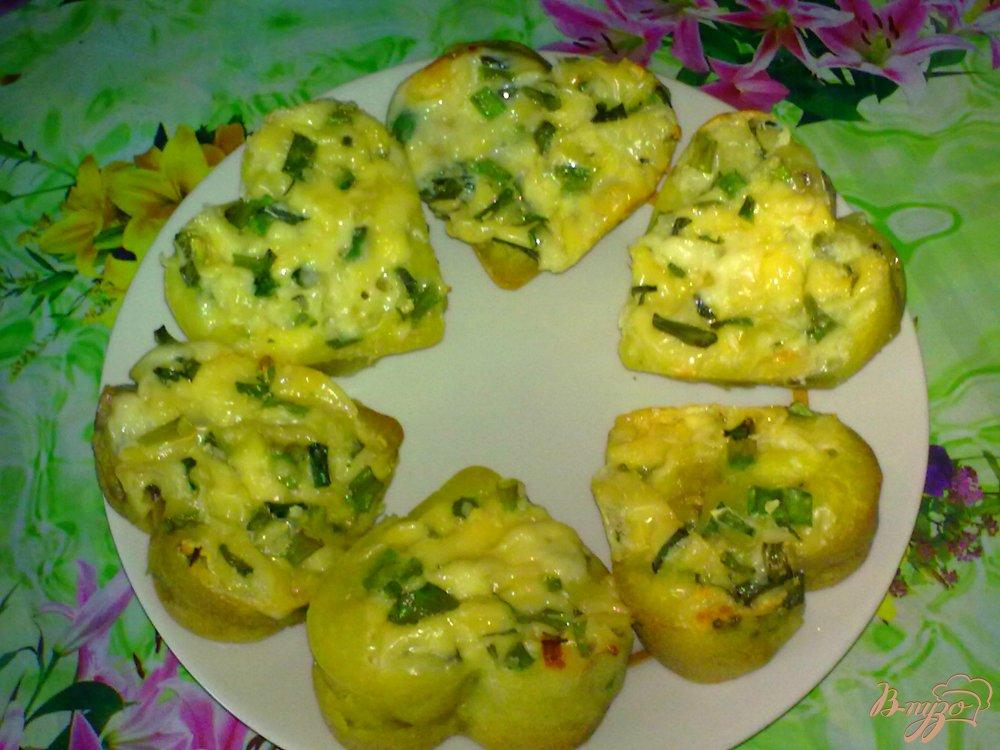 Фото приготовление рецепта: Кексы с грибами и сыром шаг №5