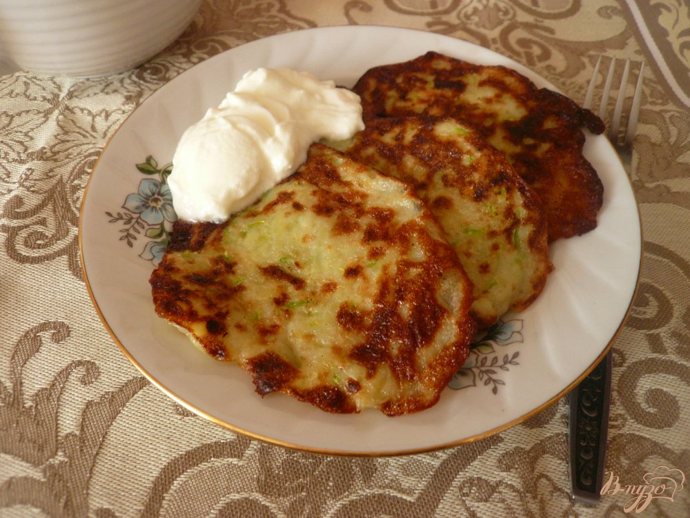 Фото приготовление рецепта: Картофельно-кабачковые оладьи шаг №5