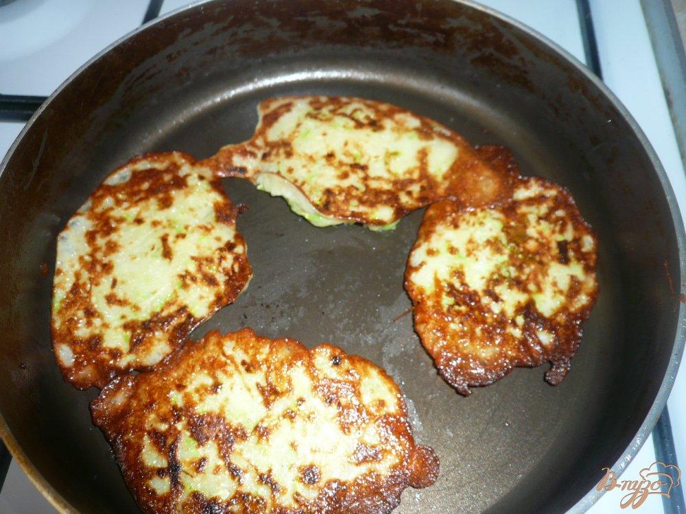 Фото приготовление рецепта: Картофельно-кабачковые оладьи шаг №4