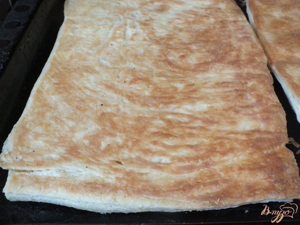 Фото приготовление рецепта: Пицца грибная с печеной курицей и сыром дор-блю шаг №7