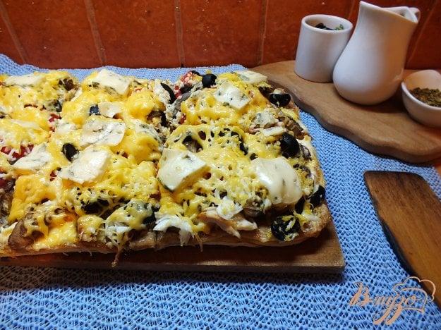 фото рецепта: Пицца грибная с печеной курицей и сыром дор-блю
