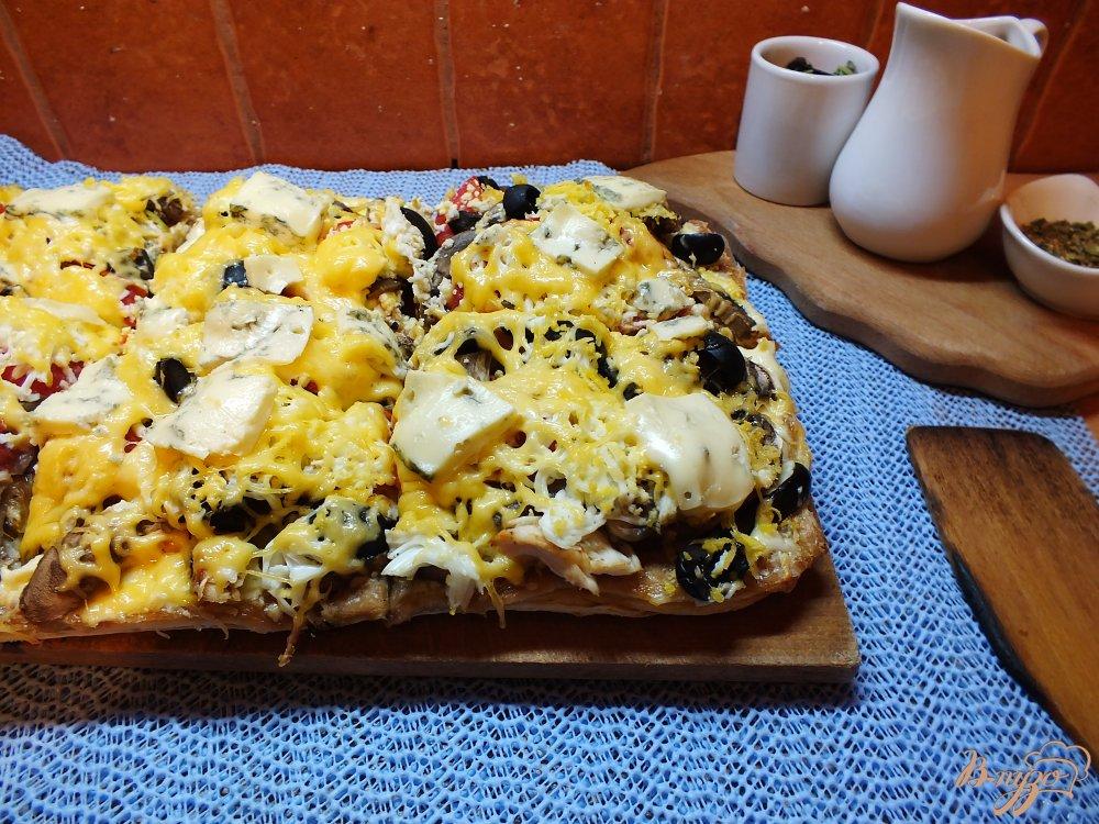 Фото приготовление рецепта: Пицца грибная с печеной курицей и сыром дор-блю шаг №18