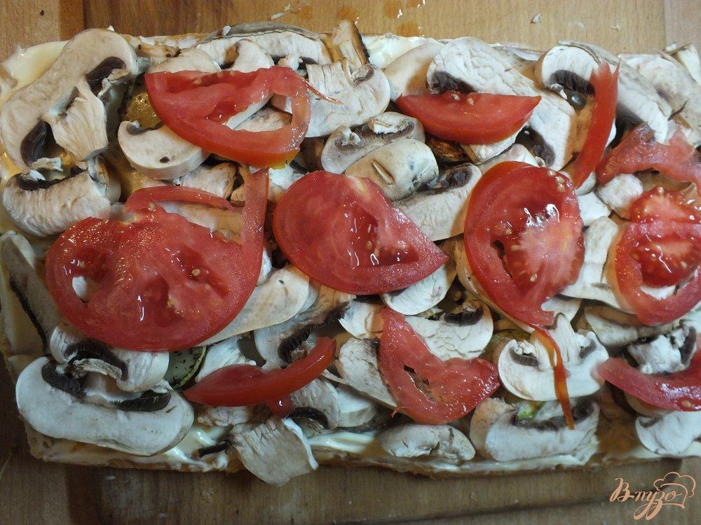 Фото приготовление рецепта: Пицца грибная с печеной курицей и сыром дор-блю шаг №14