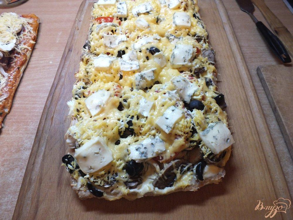 Фото приготовление рецепта: Пицца грибная с печеной курицей и сыром дор-блю шаг №17