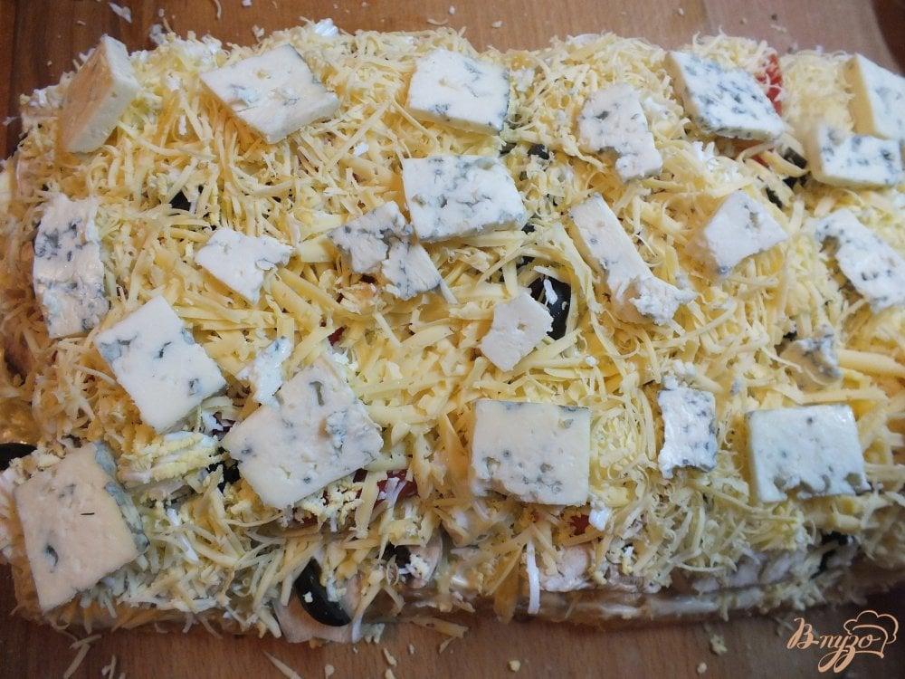 Фото приготовление рецепта: Пицца грибная с печеной курицей и сыром дор-блю шаг №16