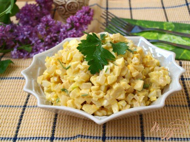 Рецепт Салат с кальмарами, яблоком и яйцом