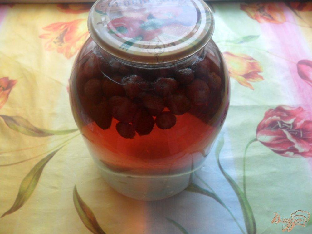 Фото приготовление рецепта: Клубничный компот на зиму. шаг №3