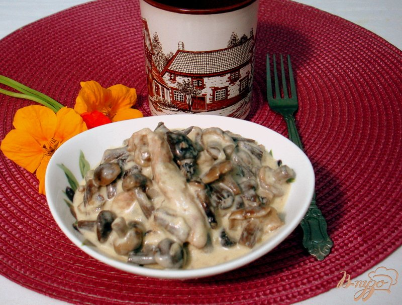 Фото приготовление рецепта: Опята со свининой в сметанном соусе шаг №13