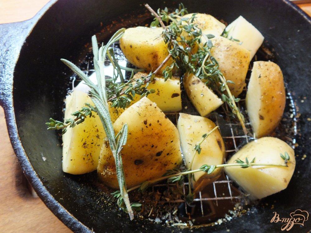 Фото приготовление рецепта: Ломтика картофеля в кожуре со свежими травами и оливковым маслом шаг №5