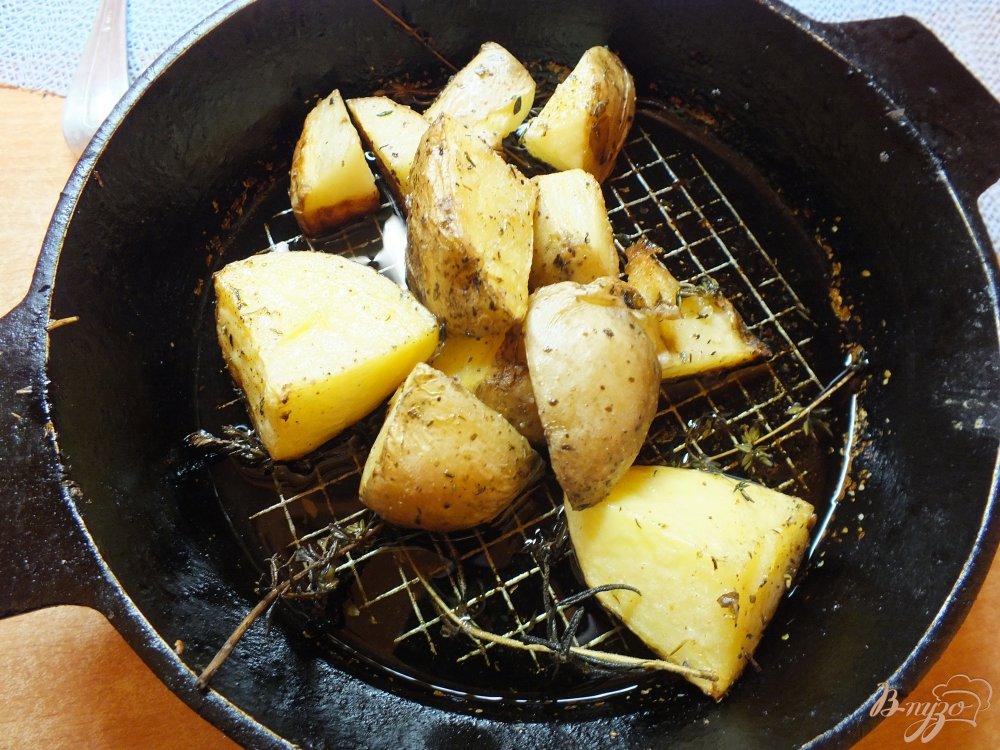 Фото приготовление рецепта: Ломтика картофеля в кожуре со свежими травами и оливковым маслом шаг №6