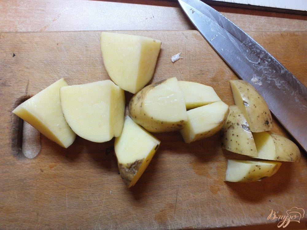 Фото приготовление рецепта: Ломтика картофеля в кожуре со свежими травами и оливковым маслом шаг №1