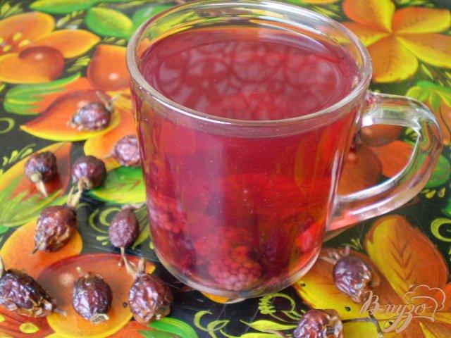 Фото приготовление рецепта: Компот из ежевики, малины, смородины и шиповника шаг №4