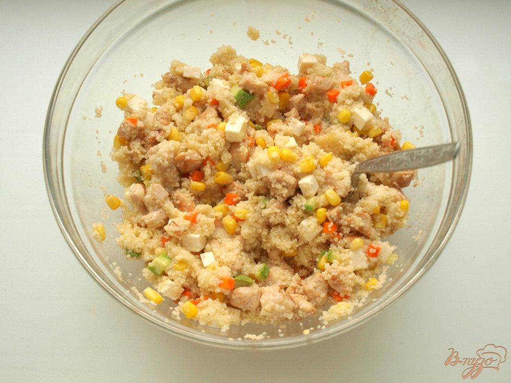 Фото приготовление рецепта: Запечённые перцы с кус-кусом и овощами шаг №6