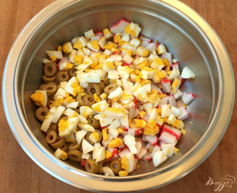 Фото приготовление рецепта: Салат с корейской морковкой и крабовыми палочками шаг №2