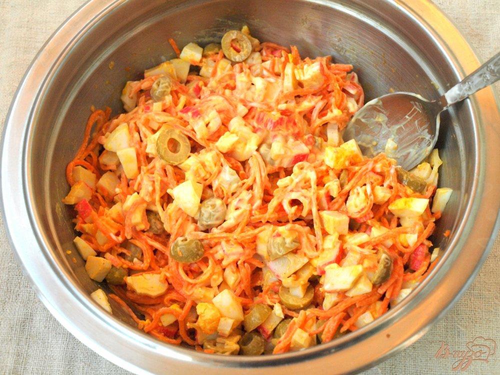 Фото приготовление рецепта: Салат с корейской морковкой и крабовыми палочками шаг №4