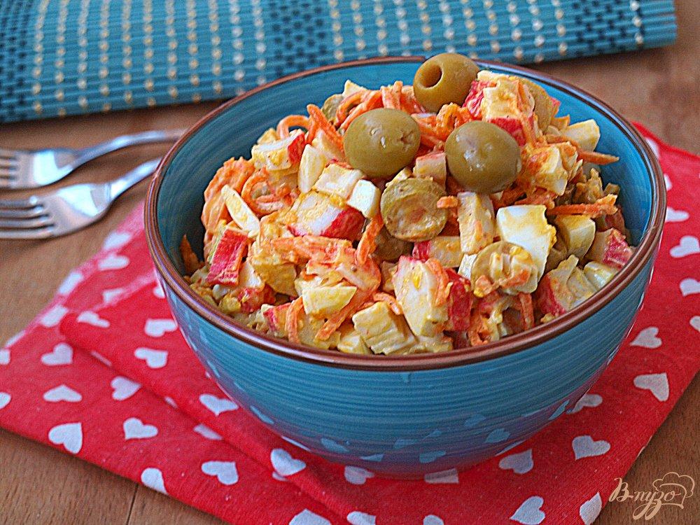 Фото приготовление рецепта: Салат с корейской морковкой и крабовыми палочками шаг №5