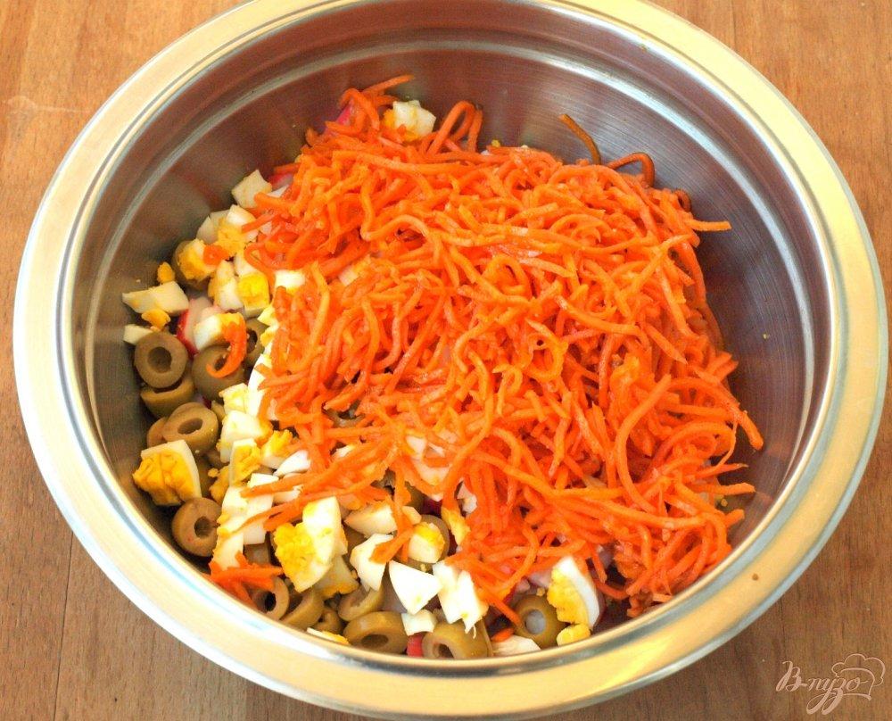Фото приготовление рецепта: Салат с корейской морковкой и крабовыми палочками шаг №3