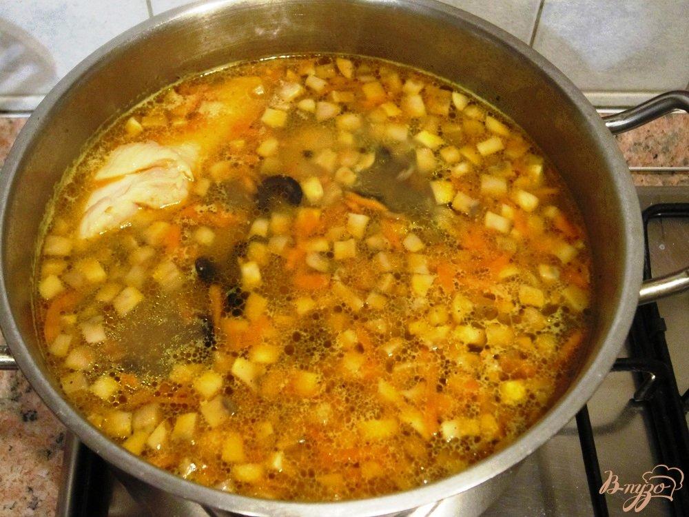 Фото приготовление рецепта: Грибной суп с маслинами шаг №10
