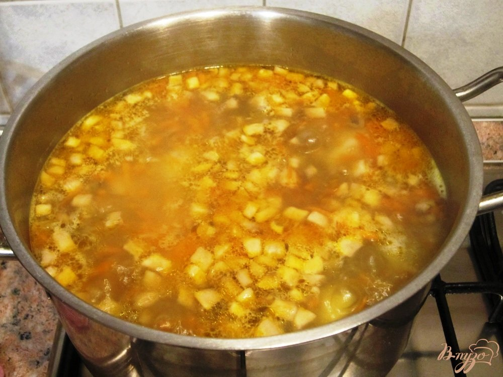 Фото приготовление рецепта: Грибной суп с маслинами шаг №9