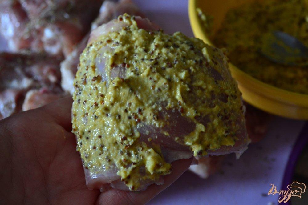 Фото приготовление рецепта: Куриные бедрышки под горчичной корочкой шаг №3