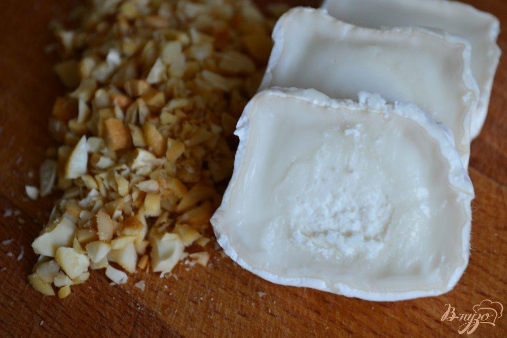 Фото приготовление рецепта: Инжир с козьим сыром и орешками шаг №2