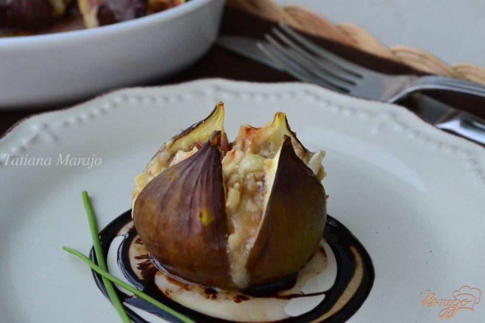 Фото приготовление рецепта: Инжир с козьим сыром и орешками шаг №5