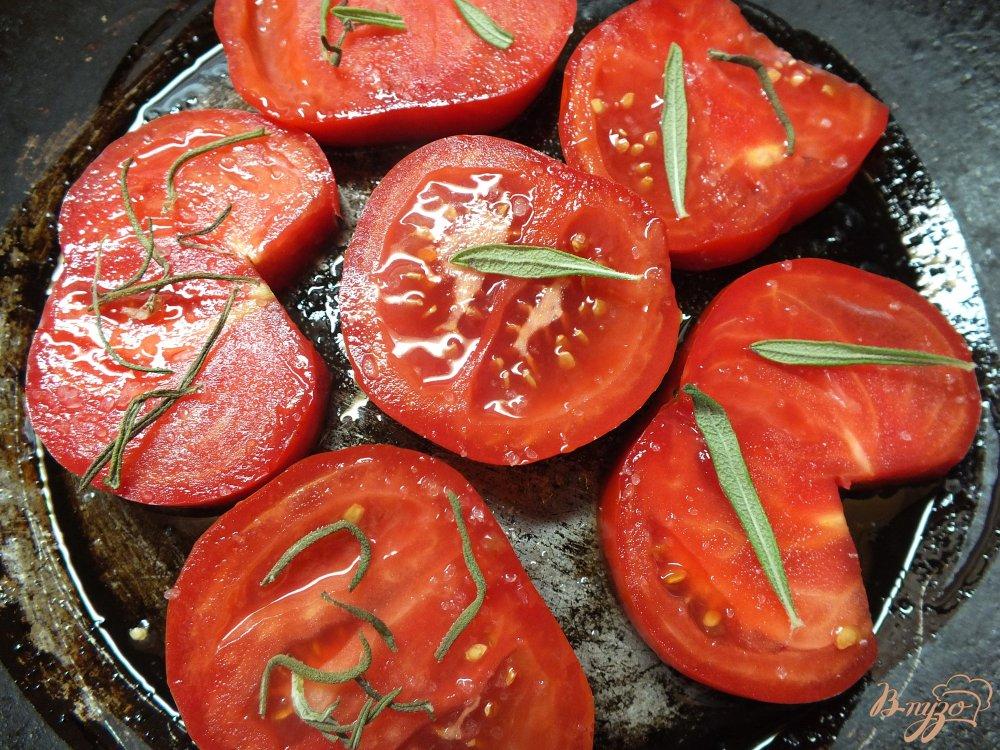 Фото приготовление рецепта: Помидоры запеченные с розмарином и сулугуни шаг №3