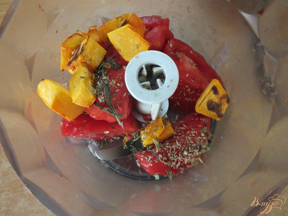 Фото приготовление рецепта: Холодный томатный суп с печеной тыквой шаг №6