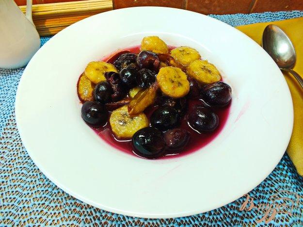 Рецепт Теплый салат из винограда, бананов и слив