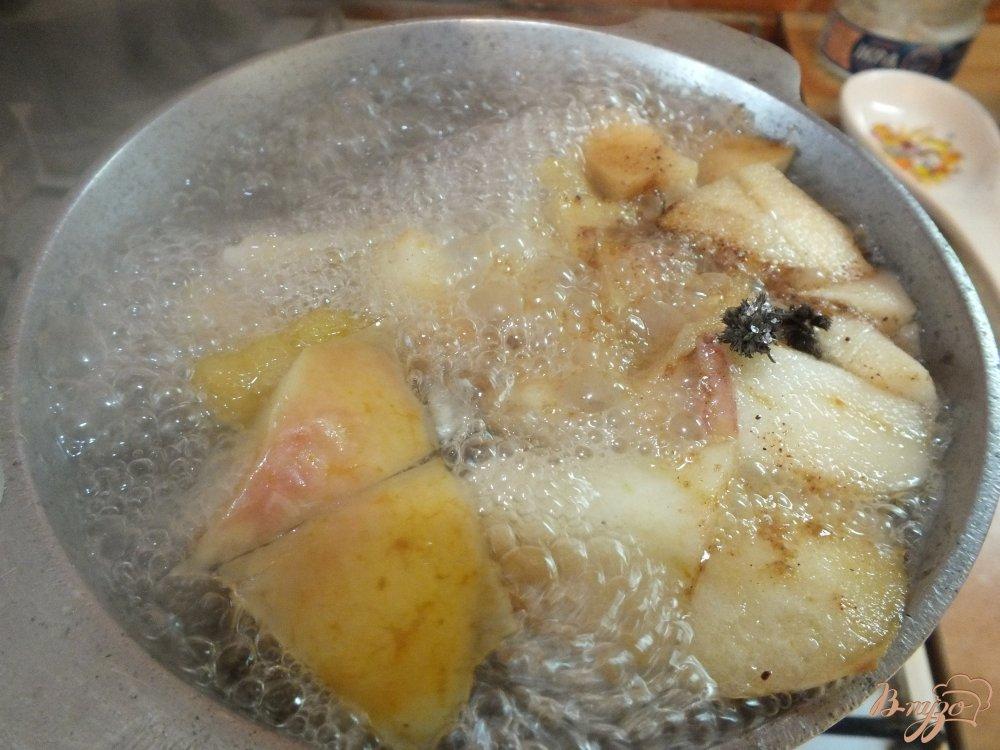 Фото приготовление рецепта: Яблочно-сливовый компот с шалфеем и корицей шаг №5
