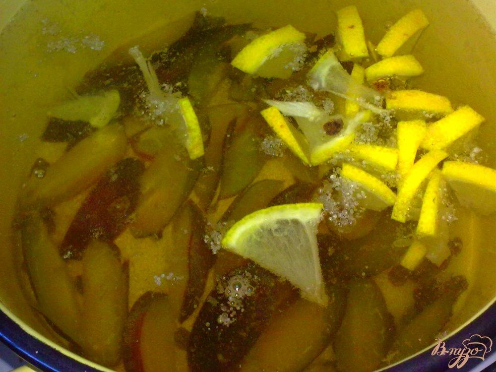 Фото приготовление рецепта: Компот из слив и лимона шаг №4