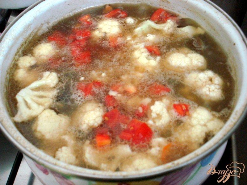 Фото приготовление рецепта: Суп из опят, рыжиков и цветной капусты шаг №7