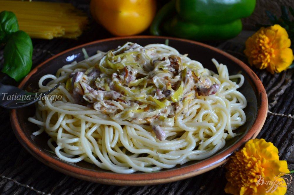 Фото приготовление рецепта: Спагетти с пореем и ветчиной шаг №4
