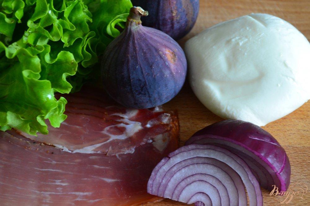 Фото приготовление рецепта: Салат с инжиром, моцареллой и сухой ветчиной шаг №1