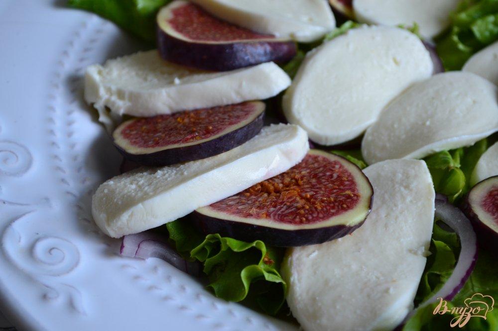 Фото приготовление рецепта: Салат с инжиром, моцареллой и сухой ветчиной шаг №3