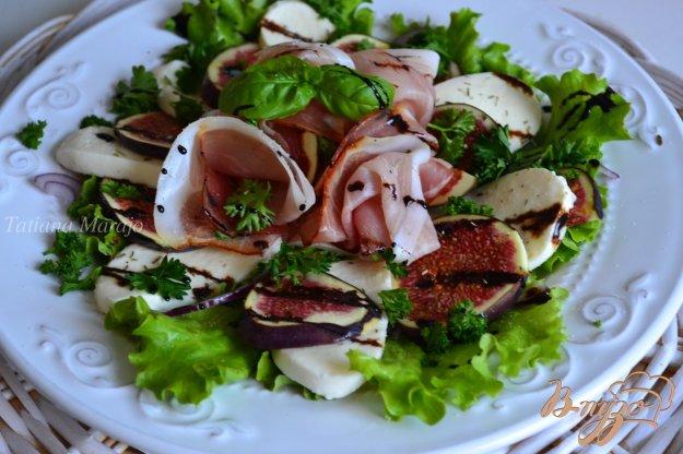 Рецепт Салат с инжиром, моцареллой и сухой ветчиной