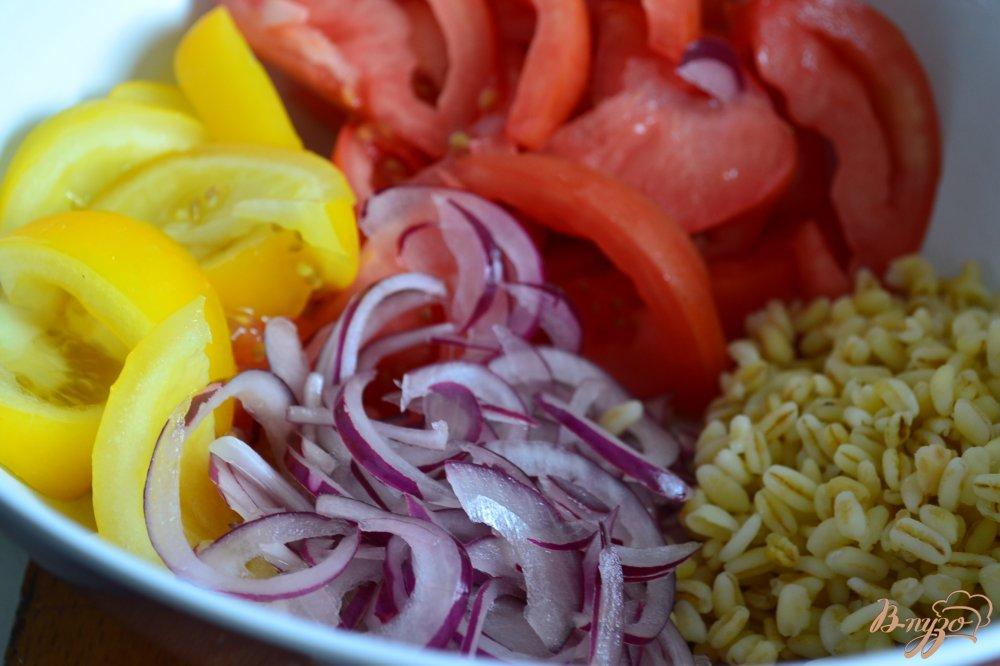 Фото приготовление рецепта: Помидорный салат с перловой крупой шаг №2
