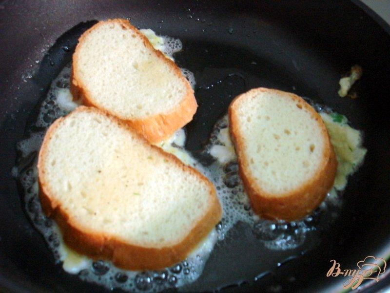 Фото приготовление рецепта: Луково-яичные бутерброды шаг №3