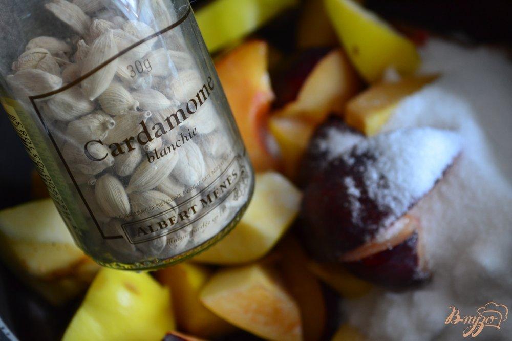 Фото приготовление рецепта: Сливово-айвовый компот с кардамоном шаг №2