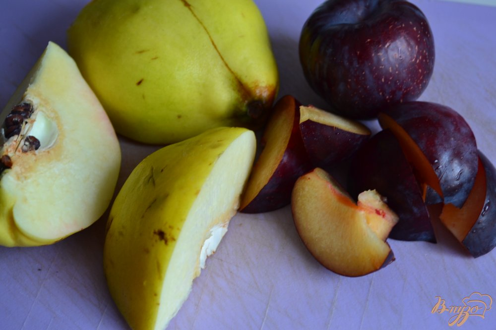 Фото приготовление рецепта: Сливово-айвовый компот с кардамоном шаг №1
