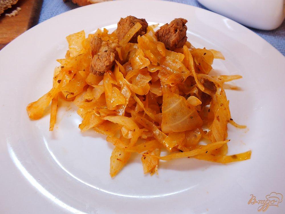 Фото приготовление рецепта: Тушеная капуста с говядиной, розмарином и шафраном шаг №7