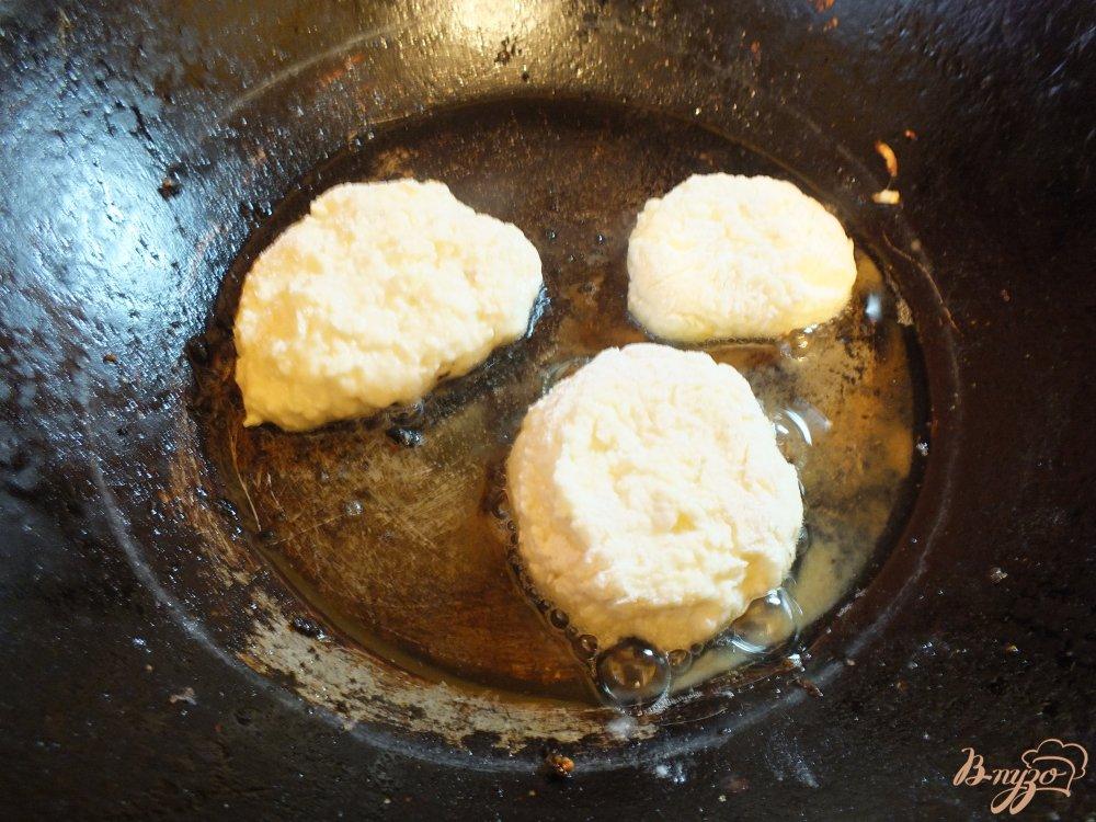 Фото приготовление рецепта: Сырники с виноградным соусом шаг №5