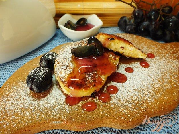 фото рецепта: Сырники с виноградным соусом
